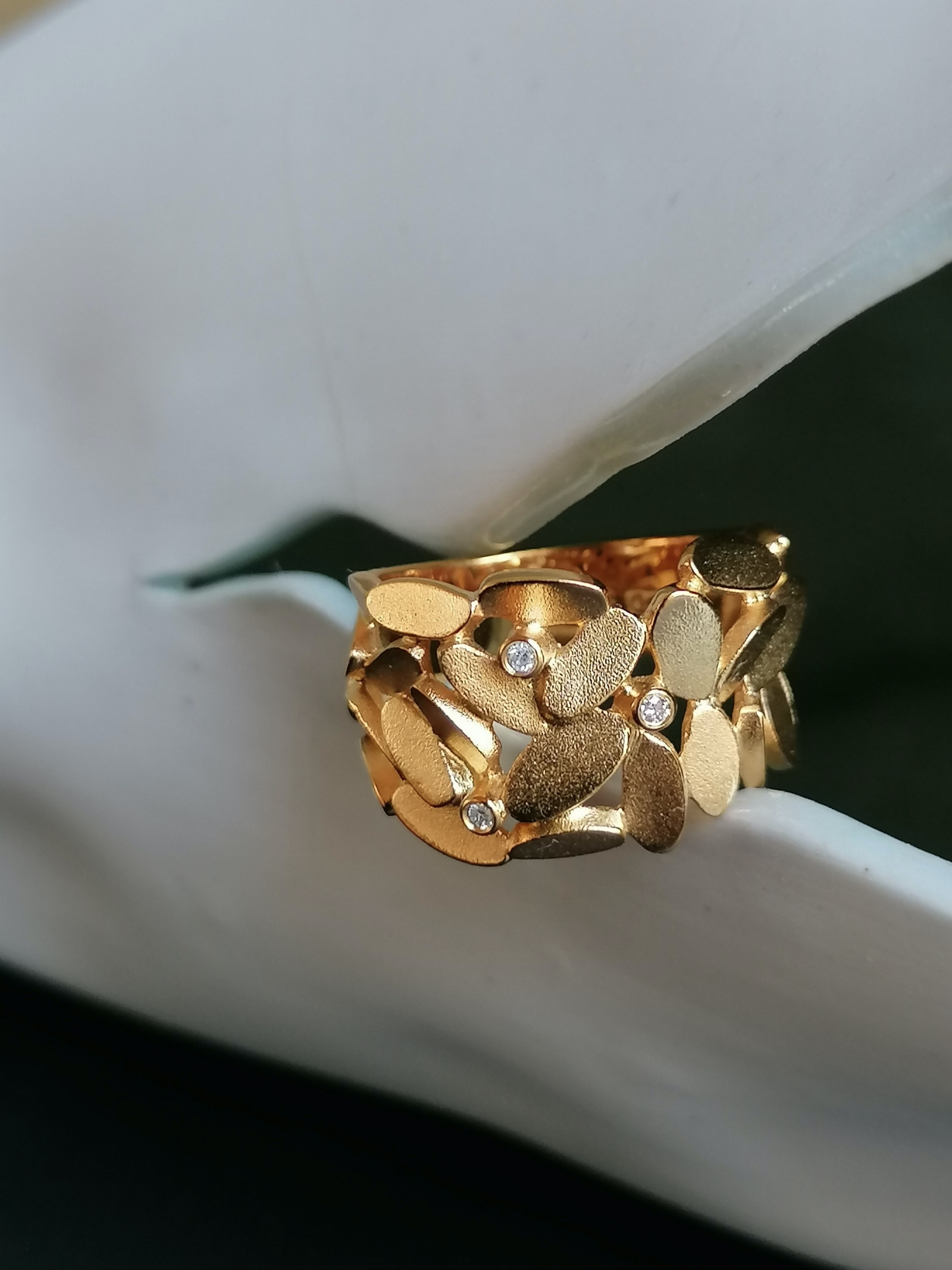 Glimmer Lyng ring with diamonds
